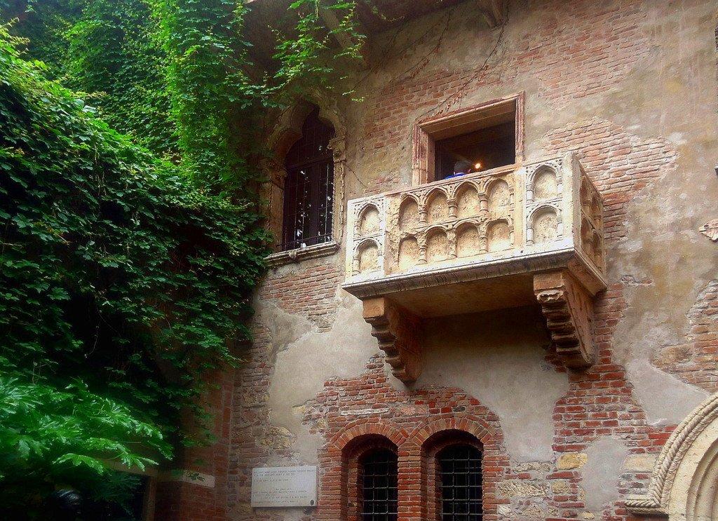 balcony-439286_1280