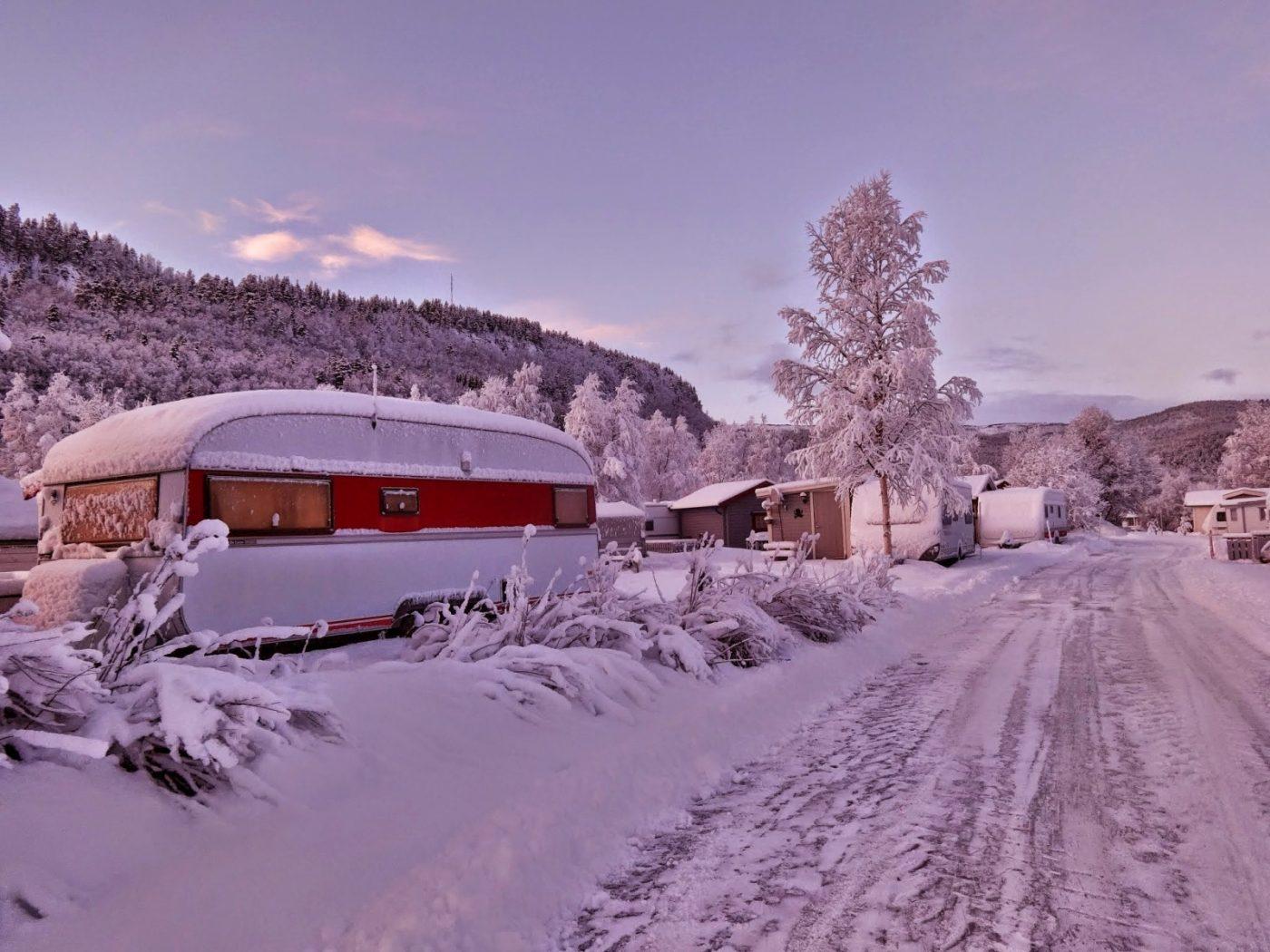 Polowanie na zorzę na kempingu w Nordnes