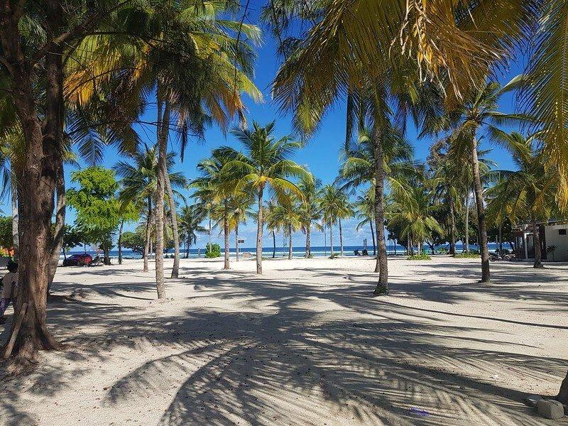 wyspa przy lotnisku na Malediwach